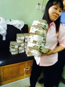 Kvinne med bunker av pengesedler