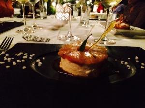 Bilde av dessert på svart tallerken.