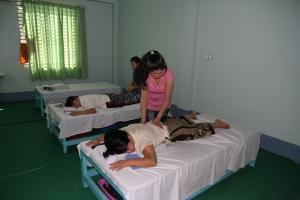 San Thu Lay masserer Hay Mun som ligger på massasjebenken.