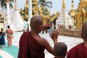 Bilde av noen munker som fotograferer.