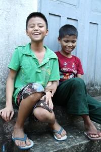 Bilde av to gutter på en trapp.