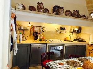 Bilde av kjøkkenet med oppvaskmaskin.
