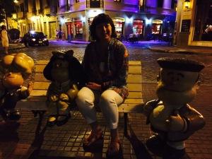 Bilde av figuren Mafalda på benken sammen med tekstforfatter Kristin Ruud.
