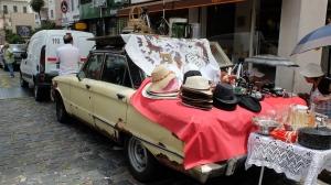 en gammel rusten personbil brukes til salgsbod.