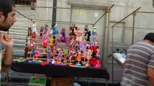 Mange barbie-dukker i friske farger. Klærne på dukkene er heklet.