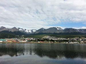Ushuaia sett fra flyplass-siden. Det bor 60.000 mennesker i det som kalles verdens sørligste by.