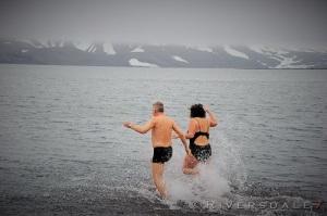 På vei ut i ishavet med Ernst og jeg.  Foto: Dominic Barington.