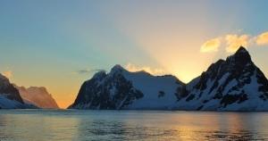 Lemaire kanalen er en av de vakreste rutene du kan seile i Antarktis. Vi passerte den 11 kilometer lange kanalen i sein kveldssol i går. Kanalen går inn sundet lengst til venstre.