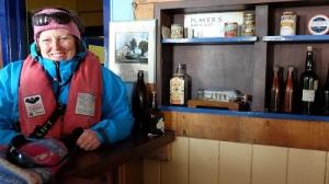 Kristin henger i den gamle baren i Port Lockroy.