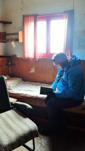 Inne i hytta i Horseshoe står bøker mannskapet leste. Blant annet en bok av Erling Tambs og hans jordomseiling som jeg sitter og leser i.
