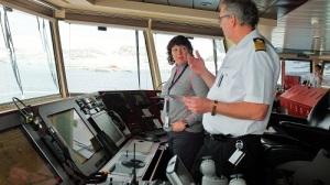 Kaptein Arild Hårvik viser med utstyret på broen. Kart og radar foran oss.