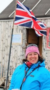Kristin står foran basen i Horseshoe. Den britiske flagget vaier.