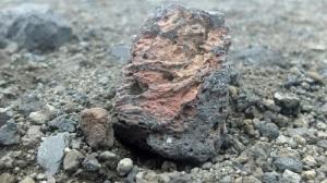 Bilde av lavastein som er grå med rødt og oransje i seg.