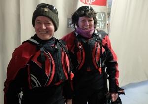 Kristin og Ernst i padleutstyr med tørrdrakt og redningsvest.