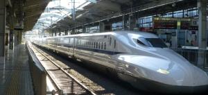 """Bilde av togsett. Toget er perlegrått og lokomotivet har en spiss """"snute""""."""