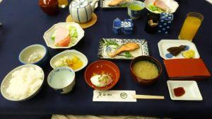Bord med mange ulike små retter dandert på en blå duk.