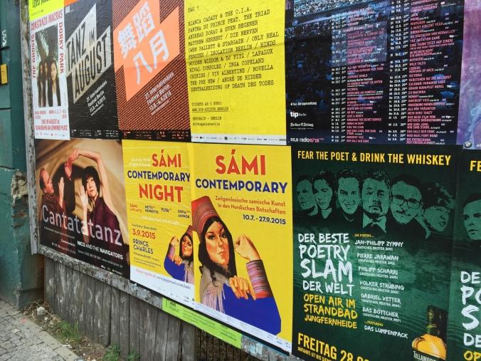 Plakater på gaten som viser en samisk kunstutstilling på den nordiske ambassaden.