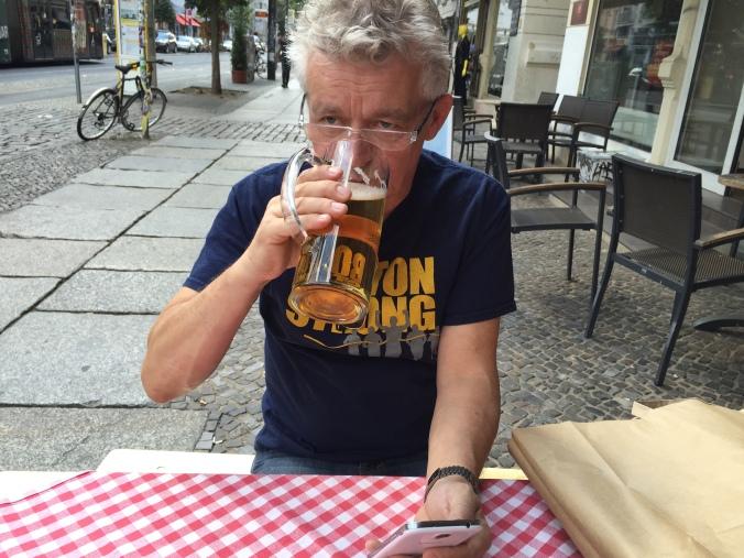 Øl og Tyskland hører sammen. Ernst Larsen nyter en kjølig øl.