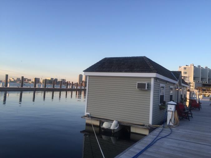 husbåt med skyline av Boston i bakgrunnen