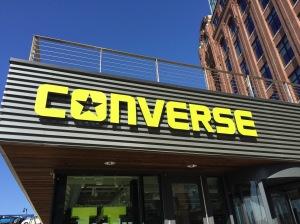 skilt med navnet converse på taket av et hus.