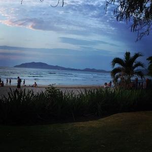 Stranda i Tamarindo i kveldslys.