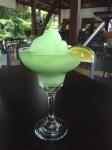 Grønn drink på et bord.