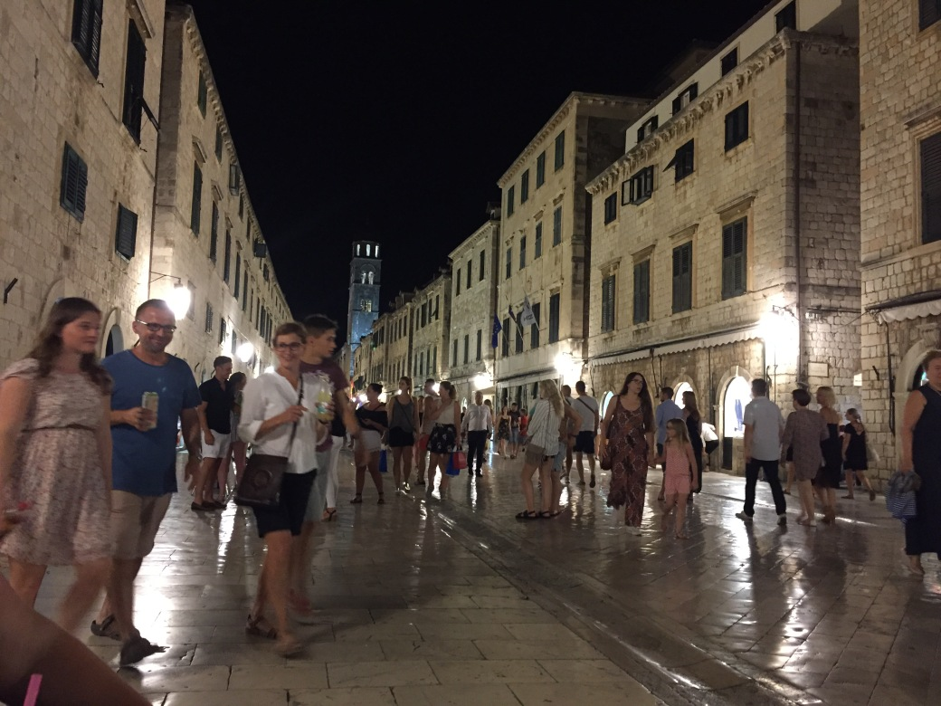 kveldstemning med turister i gamlebyen.