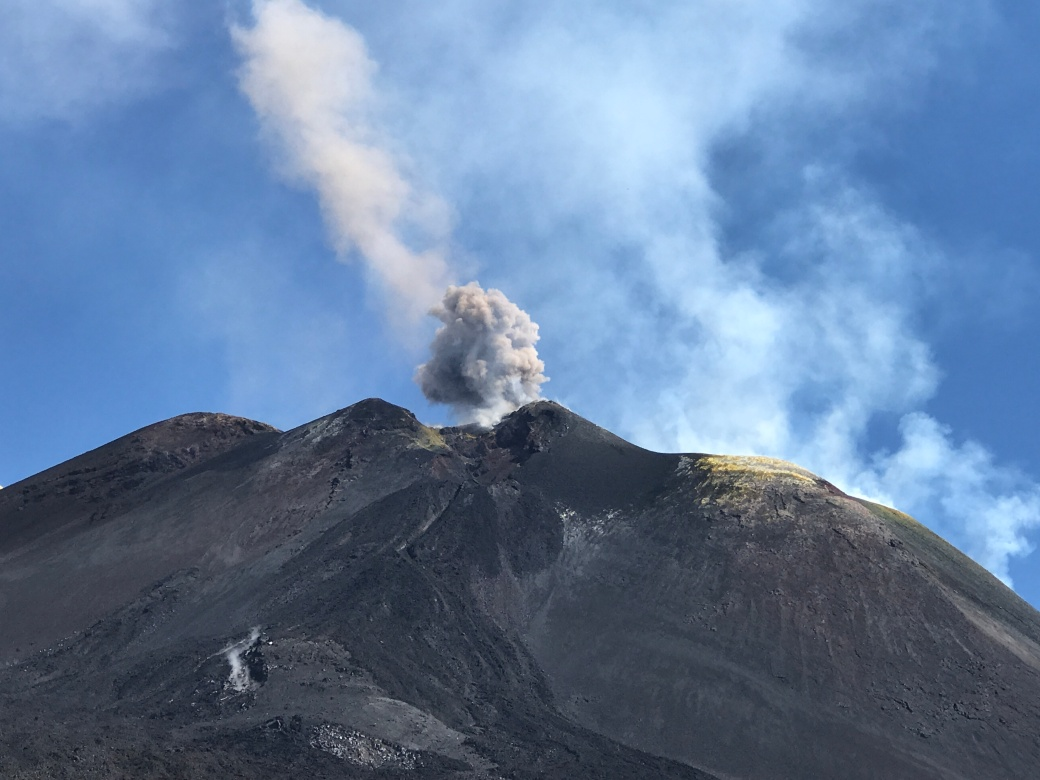 Etna regnes som en av de mest aktive vulkanene i verden, og slipper stadig ut giftige svovelskyer og har også jevnlige utbrudd med lava.