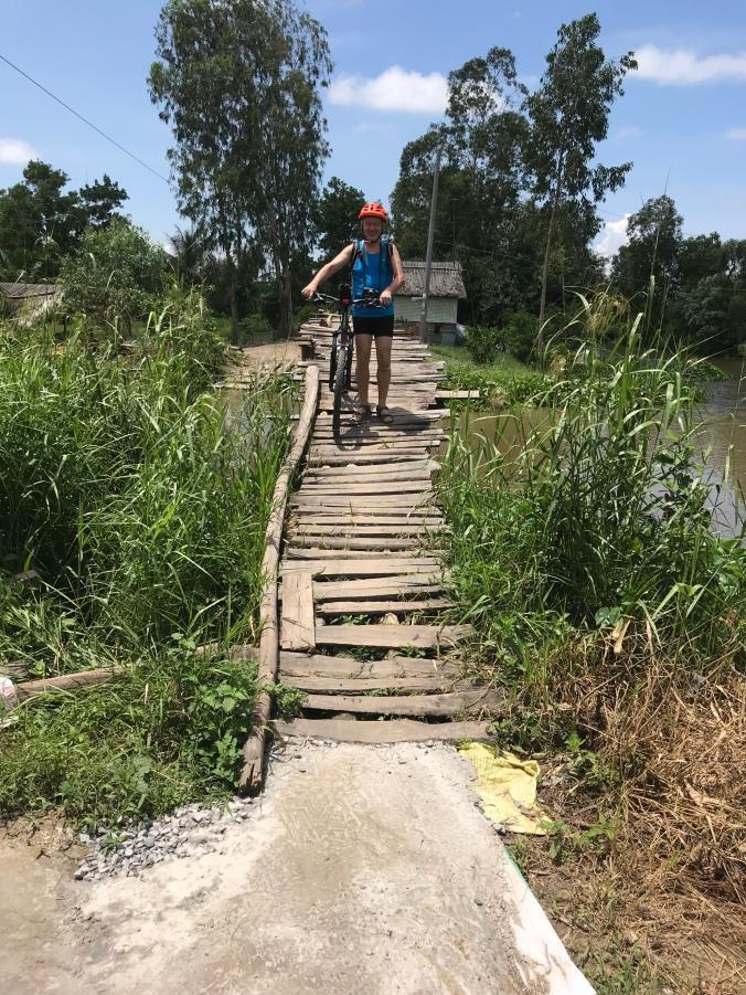 Mann med sykkel på en bro