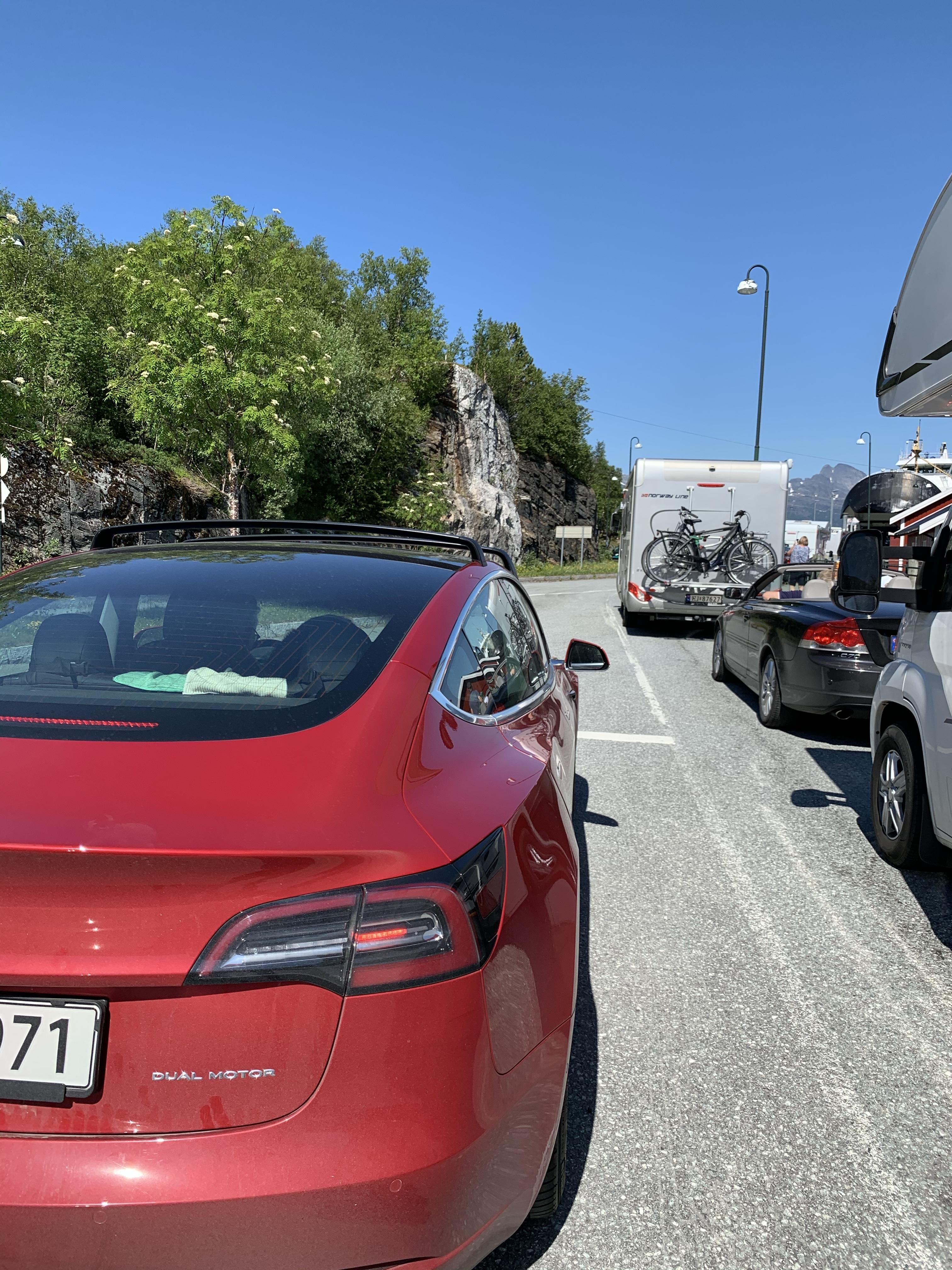 Rød bil i fergekø